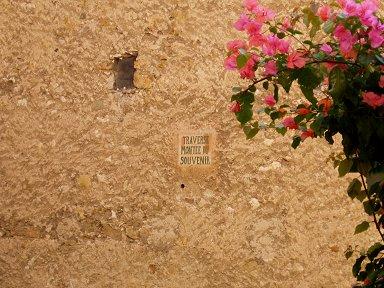 オークルの石壁にブゲンビリアが鮮やかdownsize