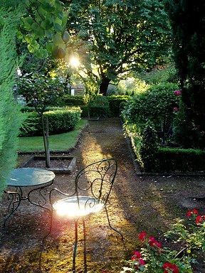 斜めの朝陽が庭を跳ねはじめるdownsize