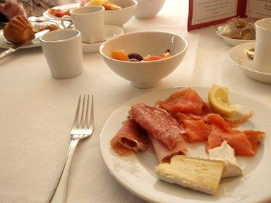 柔らかな光に包まれる朝食downsize