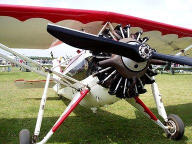 むき出し空冷エンジンと踏ん張った固定脚がマッチョdownsize