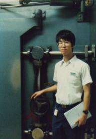 原子炉設備入り口に立つ私