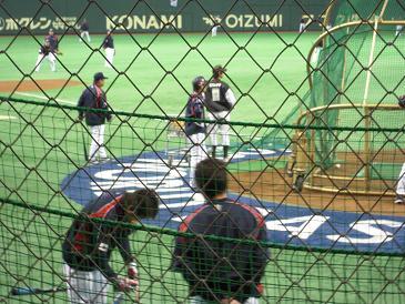 ティー打撃の間にウッチーと同じ横浜の村田(と思われる)と談笑