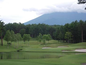 8番Hのティーグラウンドより撮影。背景右上は富士山だ