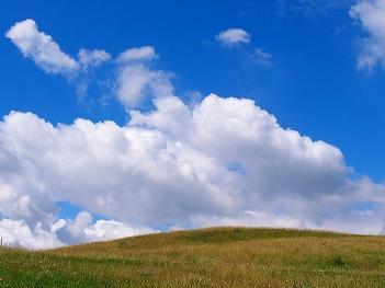 きれいな青空と芝生の小山