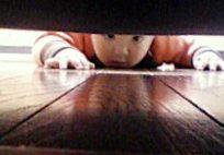 ソファの下から