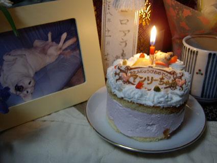 祭壇にアンリーの誕生ケーキを・・・