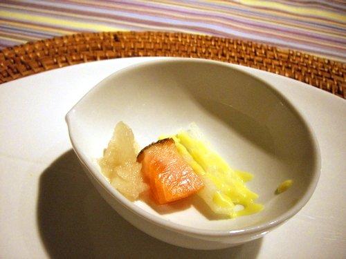 サーモンマリネのレア・梨の生姜風味アリオリ・梨のシャーベット