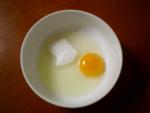 卵と砂糖を入れて溶く