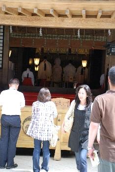 拝堂で結婚式。