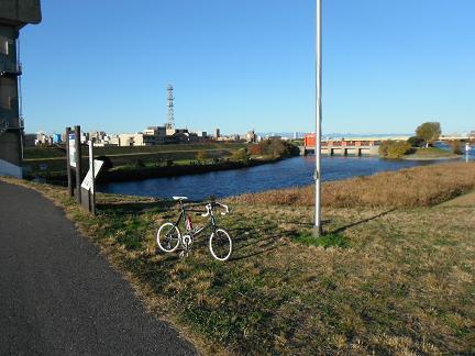 自転車の 自転車 赤羽橋 : 激しい北風に向かって 荒川を ...