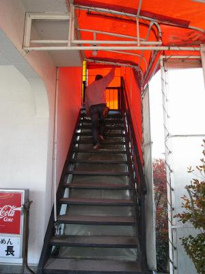 お店は二階