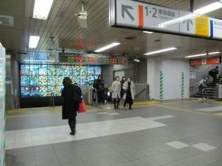 地上から地下の横須賀線コンコースに降りる階段。