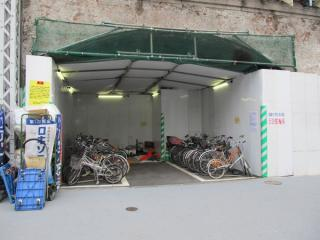 骨組み真下の高架橋の一部は仮設駐輪場として使用されていた。