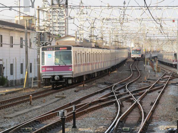 竹ノ塚駅ホームから春日部方面を見る。高架の谷塚駅へ向かう取り付け勾配は電車のみが走行する路線としては緩い10パーミルとなっているが、これは貨物列車が走っていた名残。