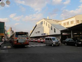 竹ノ塚駅の駅舎と西口バスターミナル