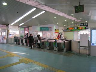 橋上駅舎内の改札口