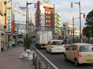 竹ノ塚駅の浅草寄りにある伊勢崎線第37号踏切(赤山街道)。