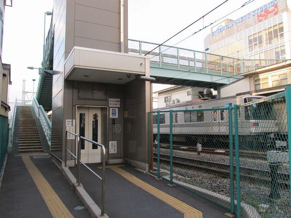2005年の踏切事故後に新設されたエレベータ付きの歩道橋。