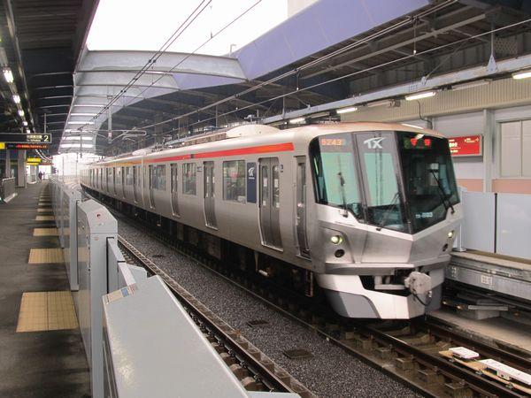 三郷中央駅に到着するTX-1000系
