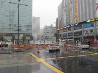 改札口~A2出入口の通路新設は地上掘削を伴うため、ヨドバシAkiba前のロータリー内には仮囲いが設けられている。