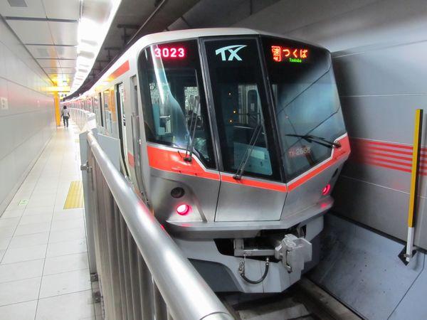 2008年に増備されたTX-2000系。開業当初に導入された車両とは車体のカラーが異なる。