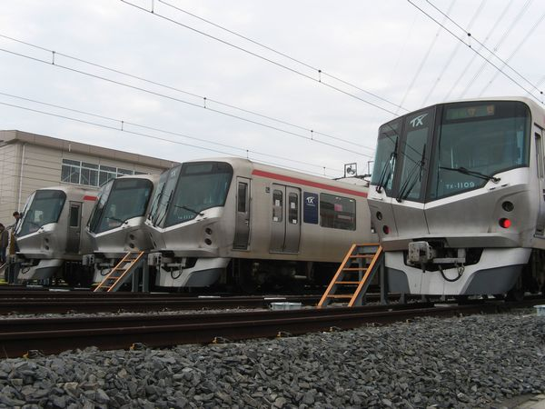 つくばエクスプレスのTX-1000系(手前2本)とTX-2000系(奥2本)。前者は直流専用、後者は交直流両用で、ナンバープレートの色により区別できる。