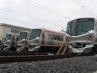 手前2編成が直流専用のTX-1000系、奥2編成が交直両用のTX-2000系。違いはナンバープレートの色。