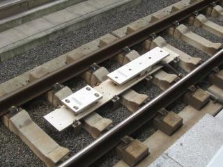 駅構内の線路上にあるATO地上子。