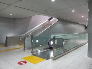 新設されたエスカレータは上階の既設のコンコースにつながる。