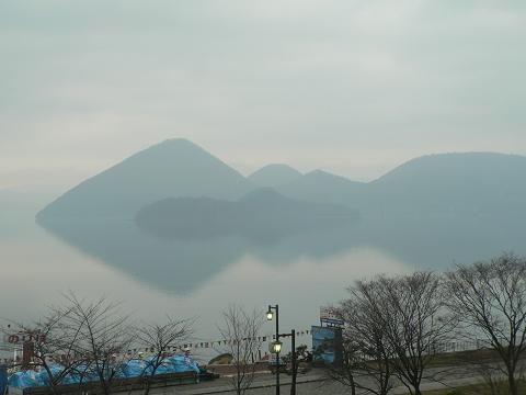 朝靄の洞爺湖