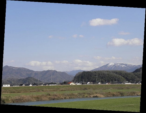 遠くの雪山は床尾山