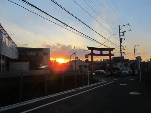 20111218・中野めぐり空19・鳥居に夕陽