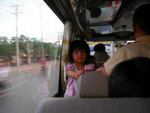07121010バス内のカメラ目線の女の子