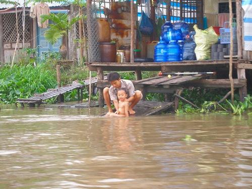 07121132川で水浴びする子