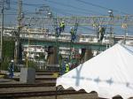 電力社員による架線の復旧作業。