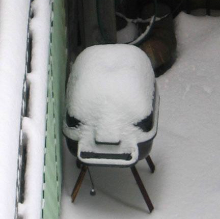 funny-pictures-angry-bbq-hates-winter-snow.jpeg