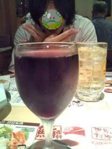 赤グラスワインの奥に・・・