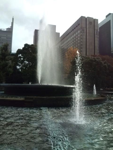 噴水も風で水しぶきが・・・