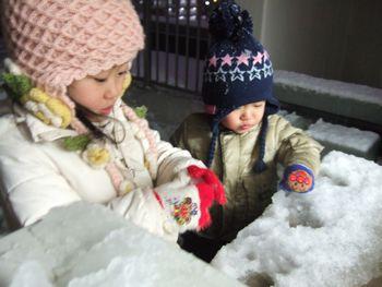 積もった雪を…