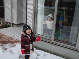 雪遊び_窓越しのみぃ