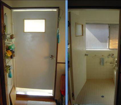 浴室ドアのリフォームで木製ドアの取り付け状況のデジカメ写真画像