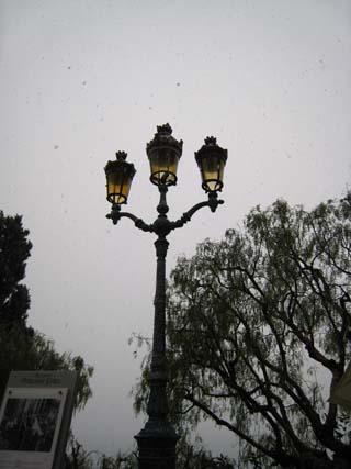 モナコの街灯と雪