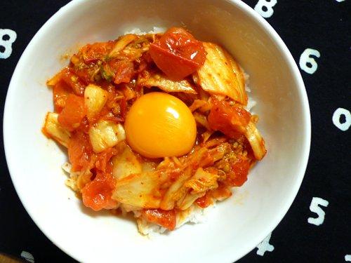 トマトキムチ炒め卵黄のせドンブリ
