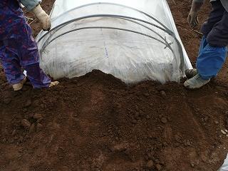 トンネルの端を土で固定