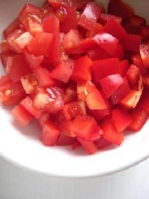 赤パプリカとトマトを角切りに