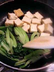 チンゲンサイと厚揚げはフライパンの中でそれぞれに炒めます