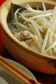 もやしと鶏手羽元のシンプル鍋
