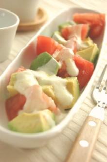 アボカドとトマトのヨーグルトサラダ