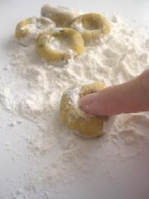 丸めた生地の中心を指で一押ししてくぼみを作ります