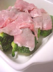 ブロッコリーの上に豚肉を広げピタッとラップをして電子レンジでチン♪
